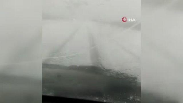 Ardahan bir anda beyaza büründü, araçlar yolda mahsur kaldı