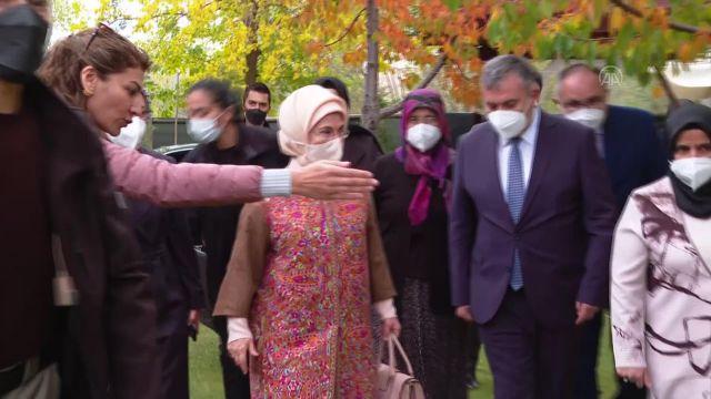 ANKARA – Emine Erdoğan, Çubuk'ta kadınlarla turşu kurdu (1)
