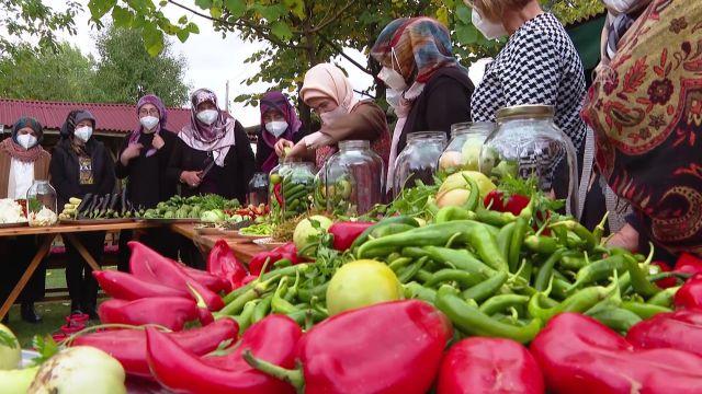 ANKARA – Emine Erdoğan, Çubuk'ta kadınlarla turşu kurdu (2)