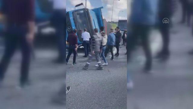 İSTANBUL – Kuzey Marmara Otoyolu Beykoz mevkisinde kamyon otomobilin üzerine devrildi (2)