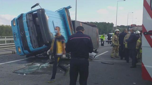 İSTANBUL – Kuzey Marmara Otoyolu Beykoz mevkisinde kamyon otomobilin üzerine devrildi