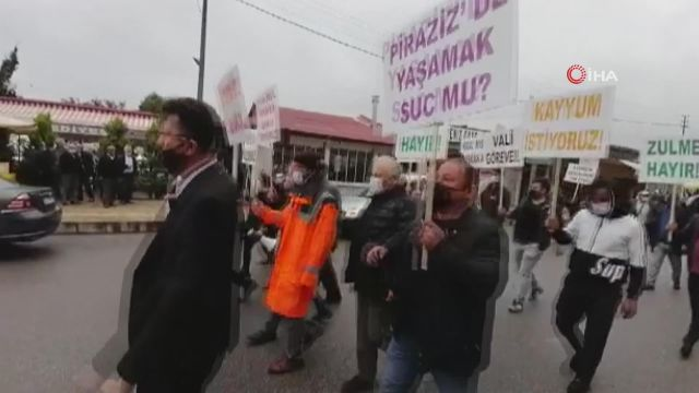 İşyerleri belediye tarafından haksız yere mühürlendiğini iddia eden esnaf ilçede davullu zurnalı protesto yürüyüşü yaptı