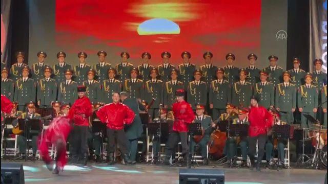İZMİR – Haluk Levent ve Rus Kızılordu Korosu konserinde, sahneye giren köpek koro şefinin yanından ayrılmadı