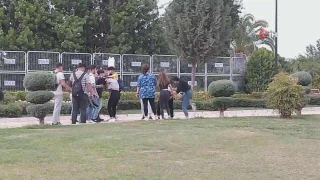 Liseli kız öğrenciler okul çıkışı parkta yumruk yumruğu böyle kavga etti