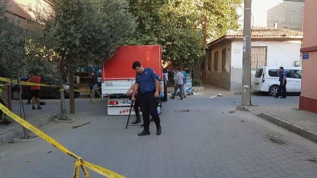 MANİSA – Seyir halindeki kamyonete silahlı saldırıda 3 kişi yaralandı