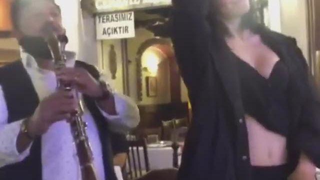 Merve Boluğur'dan seksi göbek dansı