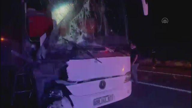 NEVŞEHİR – Öğrencileri taşıyan iki otobüsten biri devrildi, diğeri çekiciye çarptı (1)