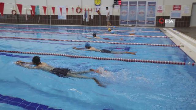 Omurga eğriliği ve kamburluk hastalığı çocuklar yüzerek ameliyattan kurtuluyor