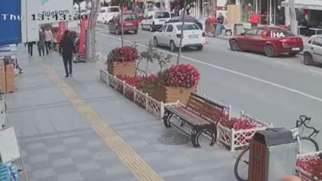 Otomobil ile motosikletin çarpışma anı kamerada