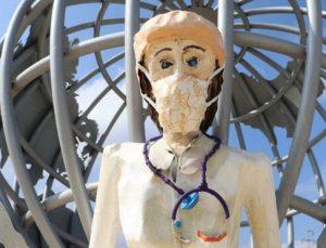 Sağlıkçı heykelleri tepki çekti…