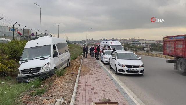 Servis minibüsü direğe çarpıp yoldan çıktı: 2 yaralı