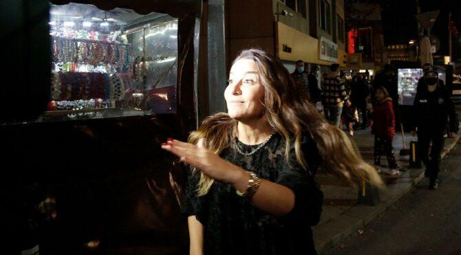 Taksim'de ilginç olay! Polis kadını yakaladı, gözaltına aldı