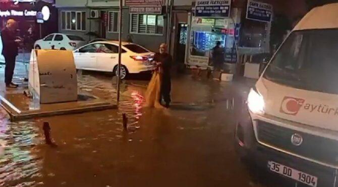 Yağmur suyu dolan caddeye balık ağı attı